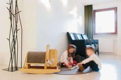 Kinder spielen im Wartezimmer der Praxis - Gemeinschaftspraxis Bittelmeyer und Deister - Zahnarzt München